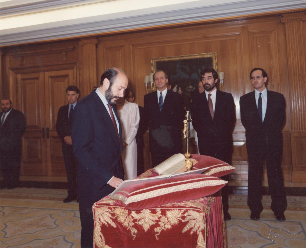 En 1993, Alfredo Pérez Rubalcaba juró el cargo de ministro de la Presidencia, en la V Legislatura.